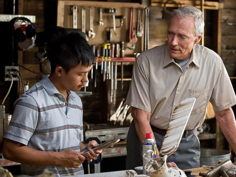 2009 - Gran Torino  -  Clint Eastwood e Bee Vang. (COLLECTION CHRISTOPHEL © Matten Productions / Double Nickel Entertainment)