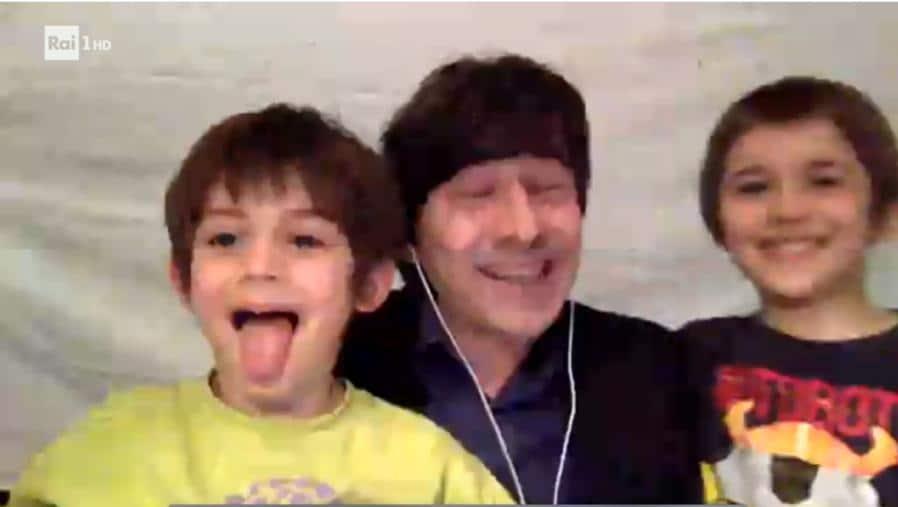 L'attore Luigi Lo Cascio vincitore del premio come miglior attore non protagonista festeggia la vittoria insieme ai suoi bambini (Foto IPP)
