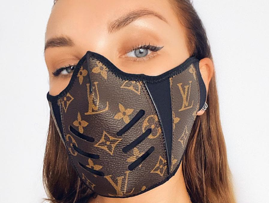 Le mascherine dell'artista Etai Drori che ha utilizzato la tela monogram di Vuitton