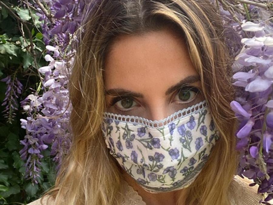 Monica Sarti indossa una sua mascherina