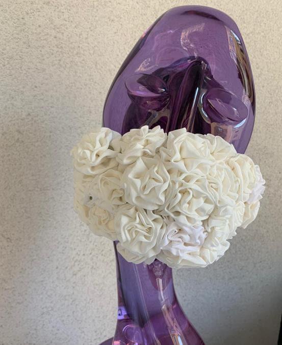 My Boutonniére, mascherina per sposa realizzata con fiori bianchi in seta