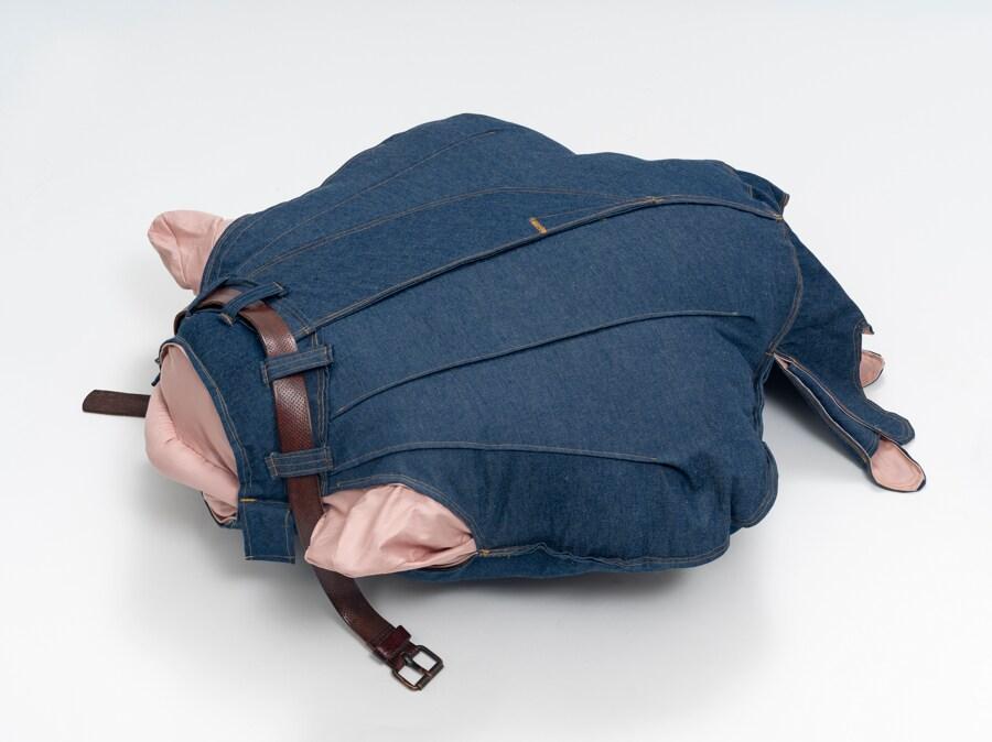 Yuli Yamagata, Mexilhao, 2019, 20 x 100 x 87 cm, jeans e fibra di silicone, venduto da Fortes d'Aloia & Gabriel a Frieze Viewing Room
