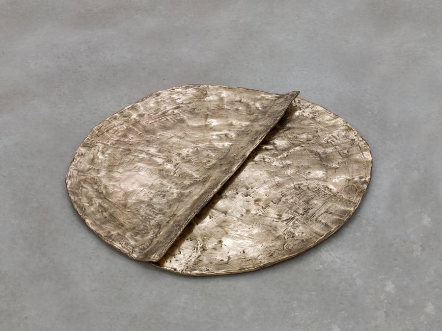 Esther Kläs, Bronzato, 2015, 6 x 91 x 91 cm, bronzo, 25mila dollari, offerto dalla galleria SpazioA a Frieze Viewing Room