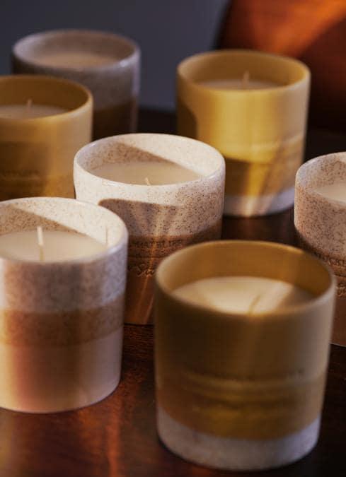 Tachisme Pepper candela & Other Stories, dai sentori avvolgenti e rilassanti con il limone siciliano, i petali di gelsomino su una scia di vetiver e legno di balsa.
