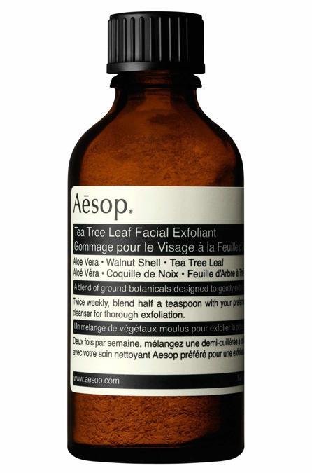 Aesop Tea Tree Leaf Facial Exfoliant, una miscela di erbe triturate secche da aggiungere ai detergenti in crema o gel per viso o corpo. Rimuove le cellule morte e leviga la pelle. Ideale per tutti i tipi di cute.