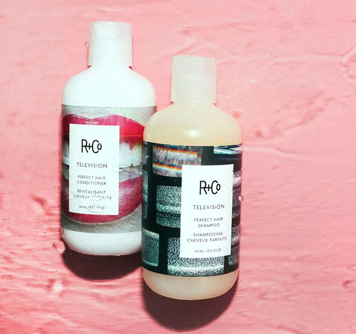 Television Perfect Hair Shampoo + Conditioner di R+Co. Due prodotti che rendono i capelli morbidi e luminosi, pronti per essere immortalati. Nella miscela: bacche di ginepro, glicerina e olio di semi di Babassu.