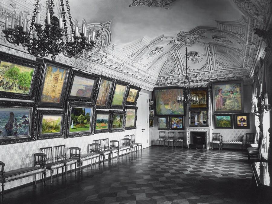 La sala della musica era dedicata agli impressionisti e ospitava tredici Monet, due Pisarro e un Sisley. I dipinti, con le loro molteplici sfumature di verde, rosa e blu, si stagliavano sulla tappezzeria di un tenue color argento dando vita a un'armonia dai toni freddi. (Colorizzazione delle foto degli archivi di famiglia: © Christine Delocque-Fourcaud)