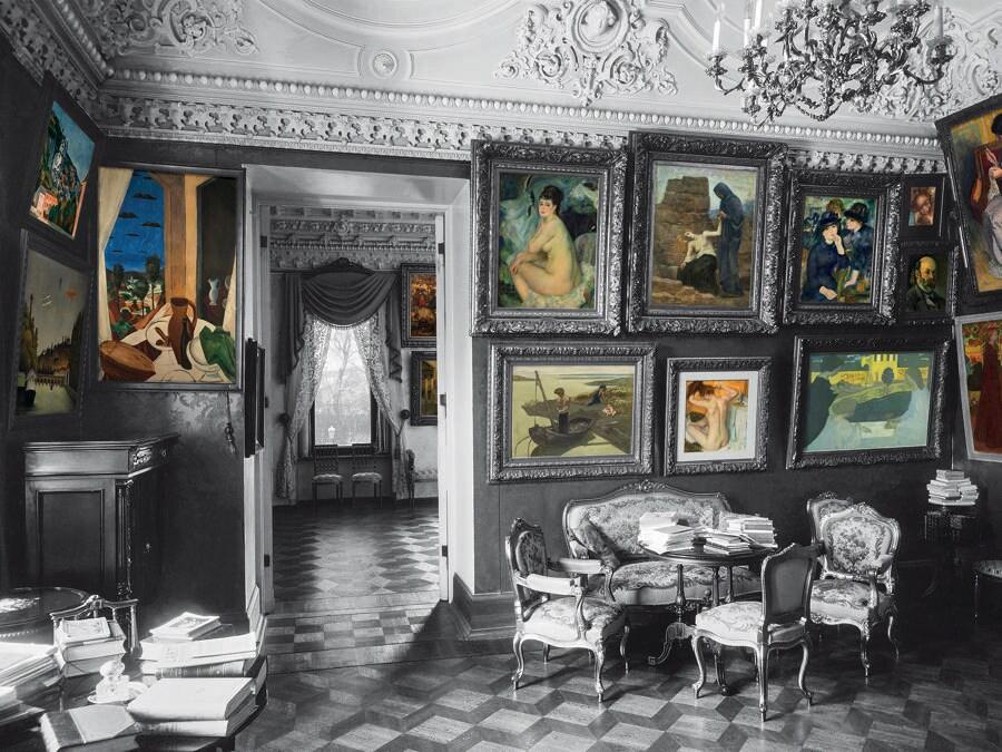 Il piccolo salone con i dipinti di André Derain, Edgar Degas, Pierre-Auguste Renoir, Pierre Puvis de Chavannes e Maurice Denis. (Colorizzazione delle foto degli archivi di famiglia: © Christine Delocque-Fourcaud)