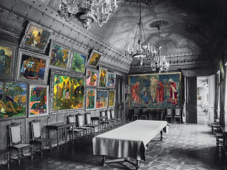 Un'altra veduta della sala da pranzo con i Gauguin e i Van Gogh. La parete accanto all'entrata era occupata dall'Adorazione dei magi, un grande arazzo realizzato da William Morris a partire da un cartone di Edward Burne-Jones. La predominanza dei toni blu e arancio lo poneva in netto contrasto con i dipinti. (Colorizzazione delle foto degli archivi di famiglia: © Christine Delocque-Fourcaud)