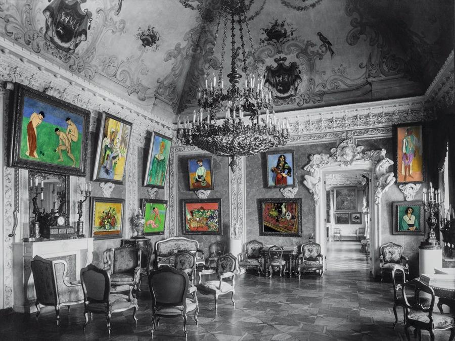 """Il celebre salone rosa era l'ambiente preferito di Sergej Ščukin, che lo definiva la sua """"orangerie profumata"""". I variopinti fiori da ammirare erano le trenta opere di Matisse appese alle pareti. (Colorizzazione delle foto degli archivi di famiglia: © Christine Delocque-Fourcaud)"""