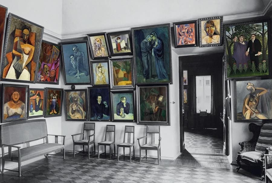 La sala dedicata a Picasso era un ambiente di appena venticinque metri quadrati con un soffitto a cupola. Sulle pareti bianche si affollavano quasi cinquanta dipinti del periodo protocubista e cubista dell'artista spagnolo. (Colorizzazione delle foto degli archivi di famiglia: © Christine Delocque-Fourcaud)