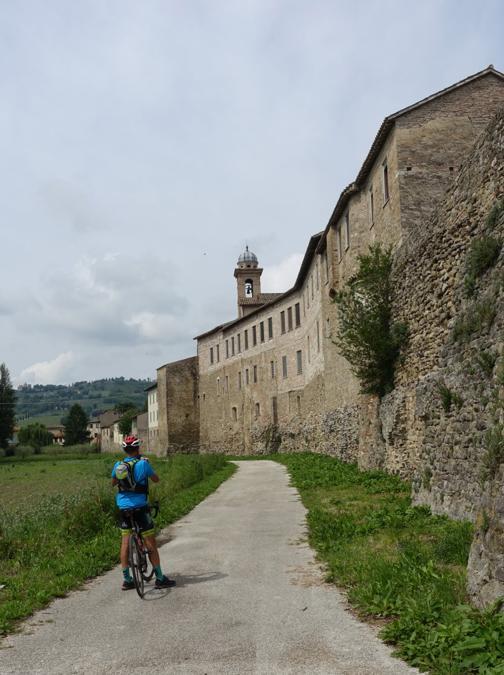 La ciclabile Assisi - Spoleto lungo le mura di Bevagna