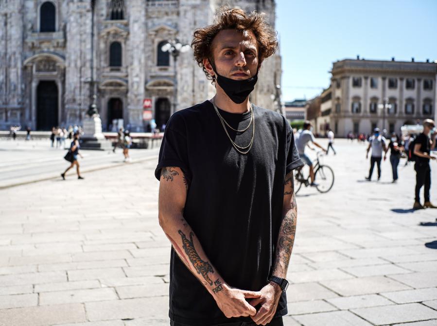 A Milano, in piazza Duomo, il Flashmob artisti dello spettacolo: nella foto il rapper Ghemon (Agf)