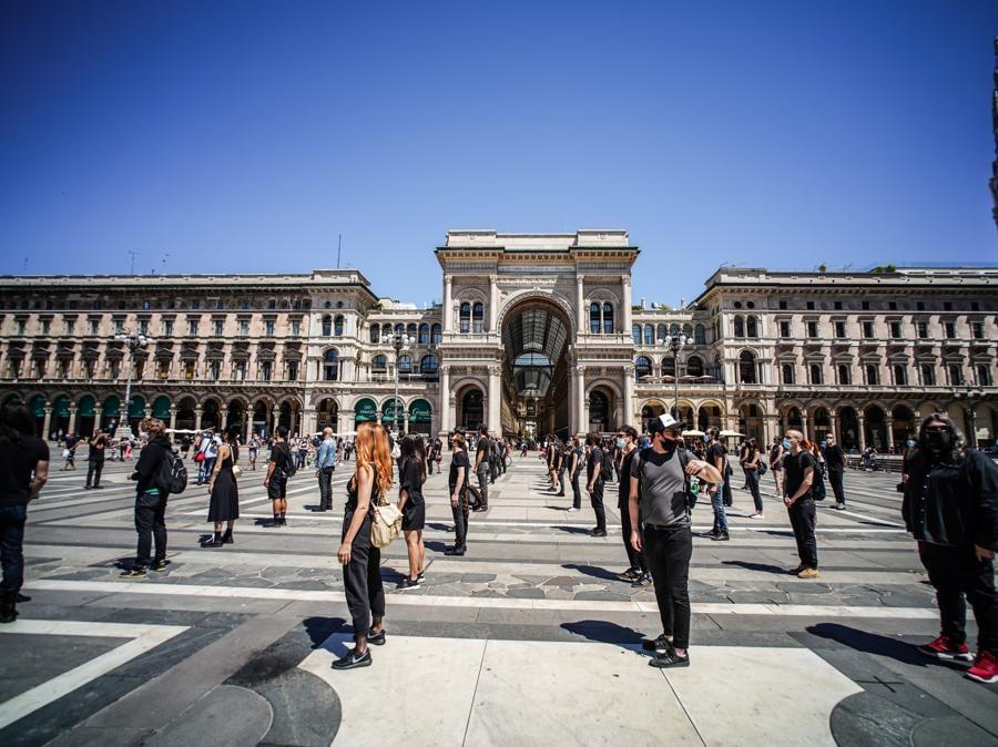 A Milano, in piazza Duomo, il Flashmob artisti dello spettacolo (Agf)