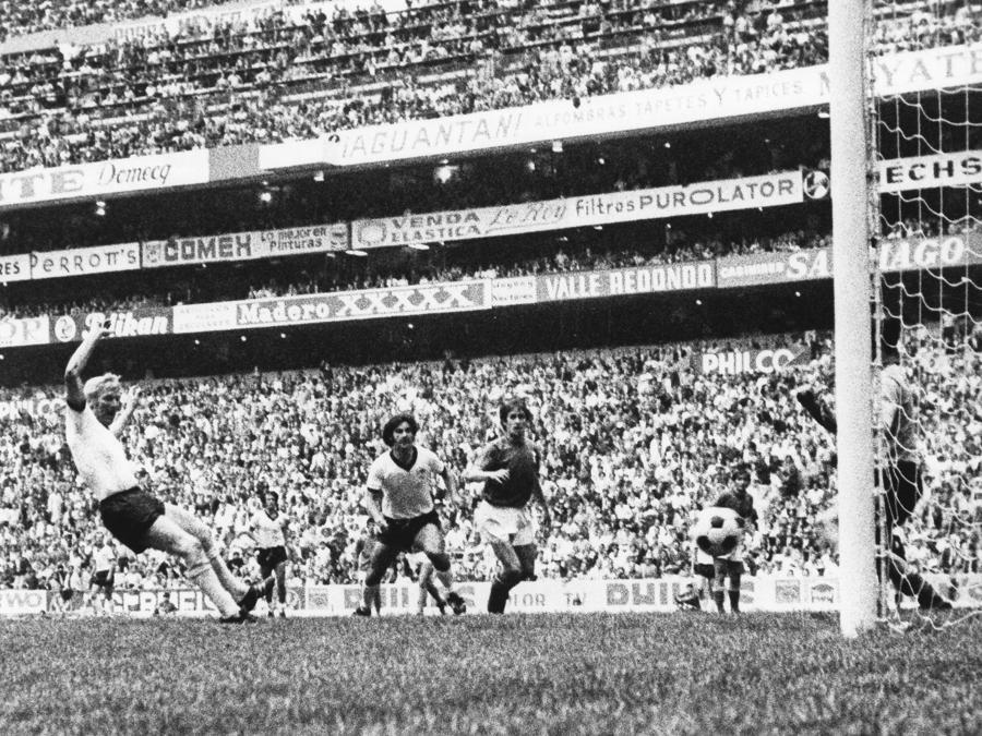 Il tedesco Karl-Heinz Schnellinger segna il gol del 2-2 (Photo by Ferdi Hartung/ullstein bild via Getty Images)