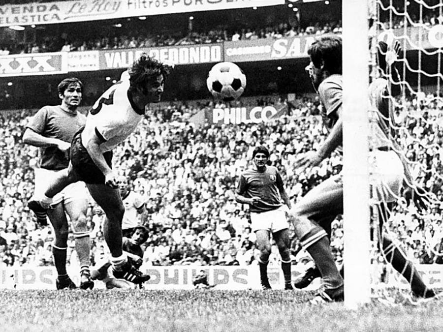 Il tedesco Gerd Mueller segna il gol del  3 - 3: si va ai supplementari (Photo by Ferdi Hartung/ullstein bild via Getty Images)