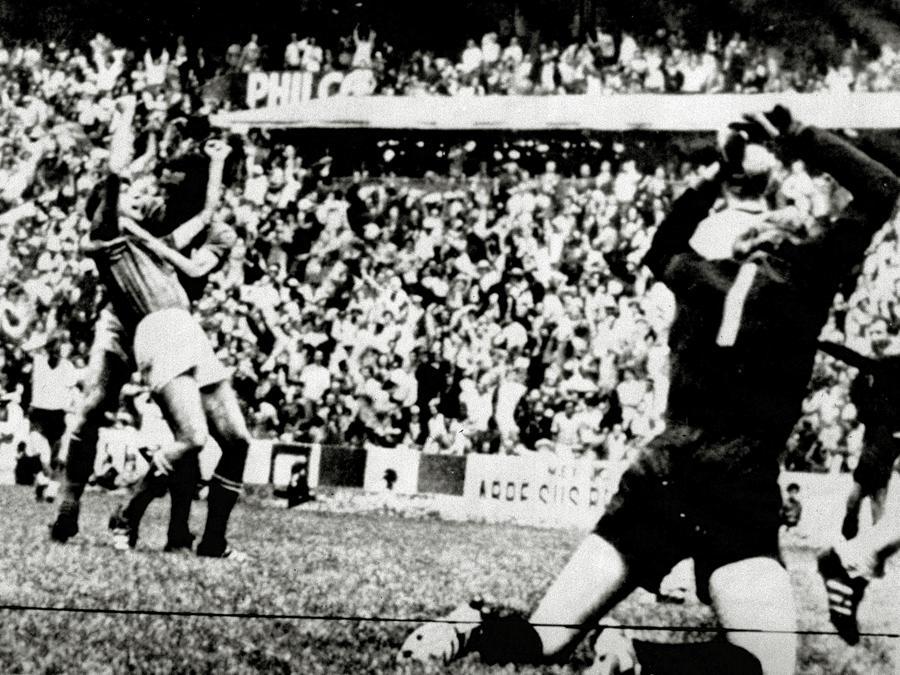 Gianni Rivera esulta dopo aver segnato il gol del 4-3. Con lui Gigi Riva (ARCHIVIO ANSA/DEF)