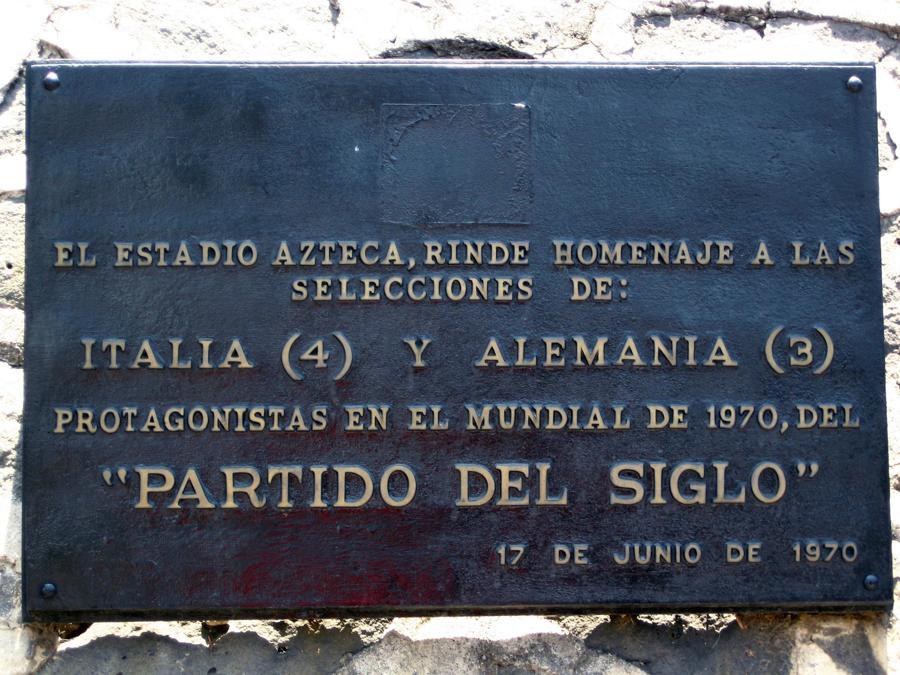 Una targa in ricordo della partita Italia-Germania 4-3 del 1970 all'esterno dello stadio Azteca di Città del Messico (ANSA)