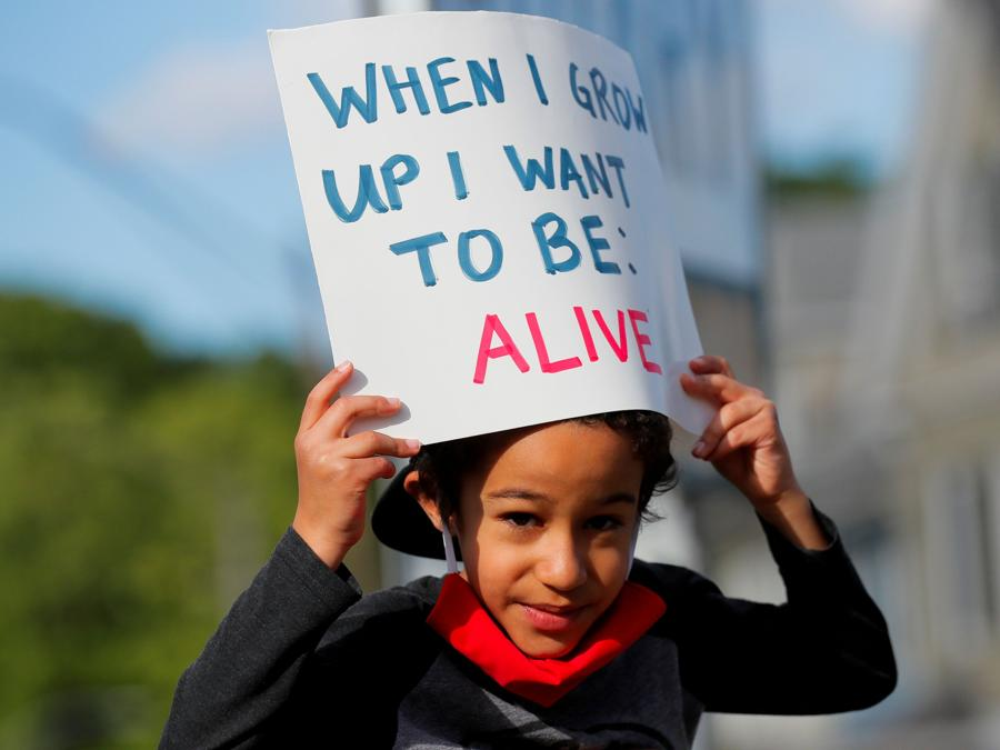 Un giovane protestante in Boston, Massachusetts. (REUTERS/Brian Snyder)