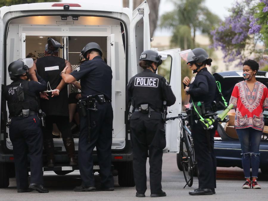 Protestanti arrestati in Los Angeles, California. (Mario Tama/Getty Images/AFP)