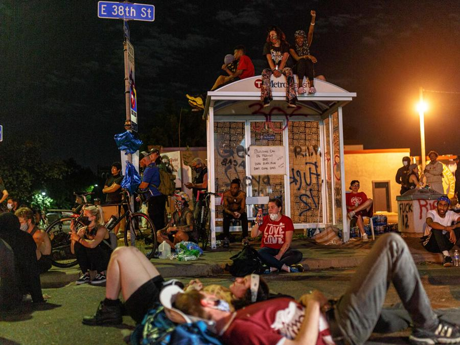 Dimostranti a Minneapolis, Minnesota. (Photo by Kerem Yucel / AFP)