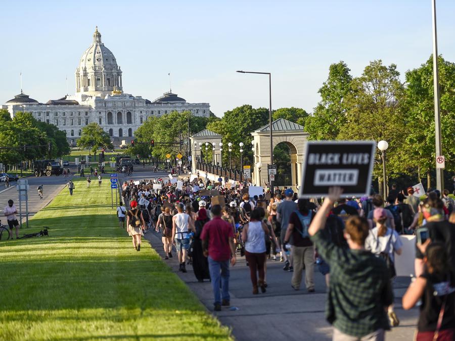 Dimostranti verso la Residenza de Governatore del Minnesota, a  St Paul. (EPA/CRAIG LASSIG)