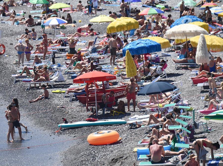 Spiagge libere molto affollate nonostante gli ingressi contingentati a numero chiuso sulle spiagge libere genovesi. (ANSA)