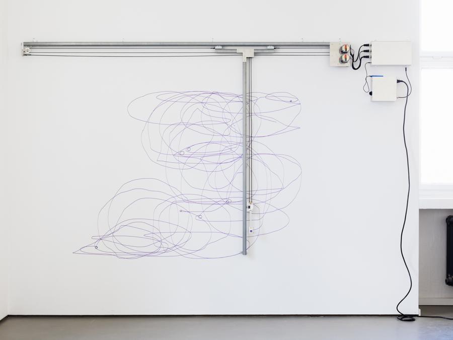 Angela Bulloch, Dynamic Stereo Drawing Machine, 2020, macchina per disegnare attivata dal suono, 300 x 170 cm circa, Courtesy the artist and Esther Schipper, Berlin Photo © Eberle & Eisfeld