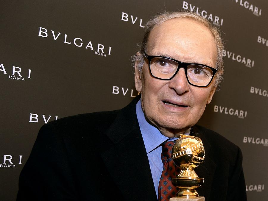 "30 gennaio 2016 Ennio Morricone posa con il Golden Globe per la Miglior Colonna Sonora vinto con il film di Quentin Tarantino  ""The Hateful Eight"" (Photo by Filippo MONTEFORTE / AFP)"