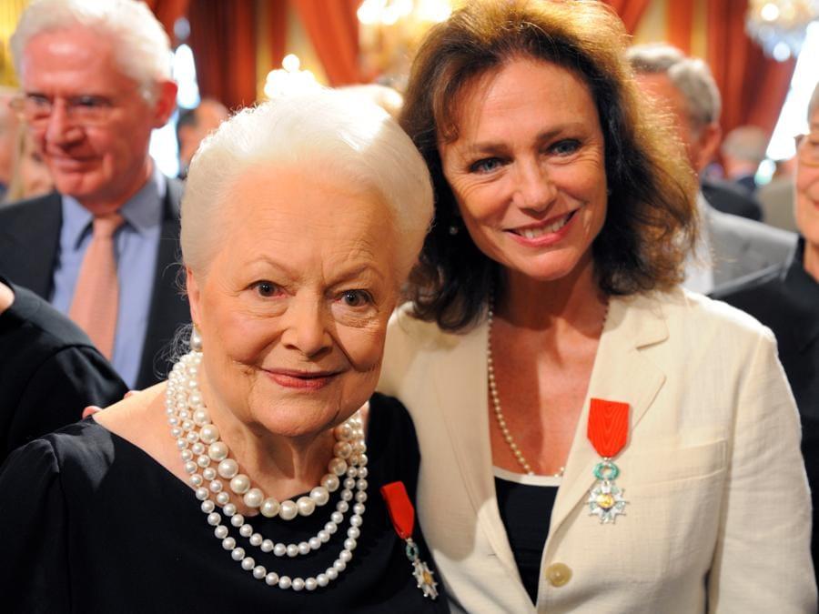 Jacqueline Bisset (a destra) e Olivia de Havilland posano insieme together dopo essere state premiate con la Legion d'honneur durante la cerimonia al Palazzo dell'Eliseo, 9 settembre 2010. (REUTERS/Philippe Wojazer/File Photo)