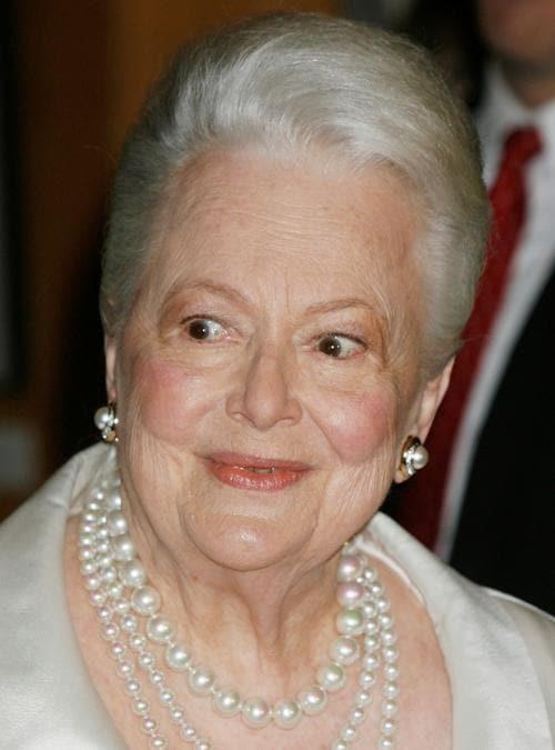 """L'attrice  Olivia de Havilland, 89 anni, due volte vincitrice del premio Oscar, arriva per l '""""Academy Tribute to Olivia de Havilland"""" all'Academy of Motion Picture Arts & Sciences, Beverly Hills, 15 giugno 2006. (REUTERS/Fred Prouser/File Photo)"""