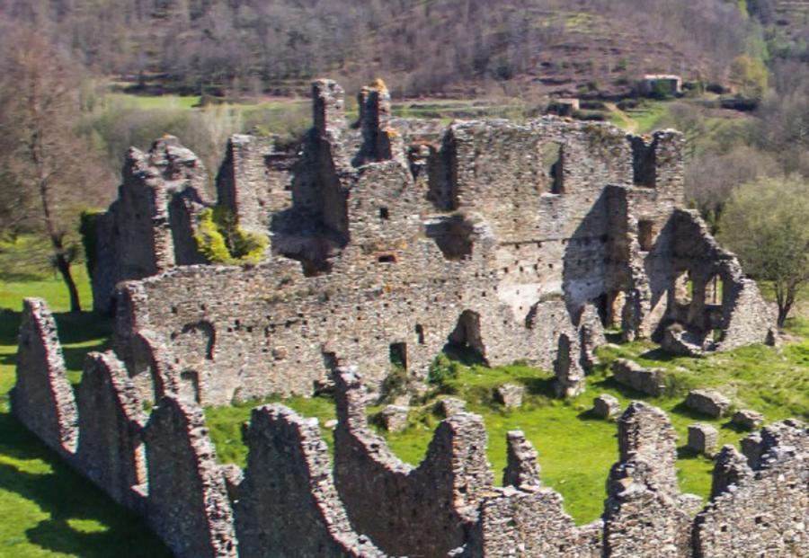 Ecco il confronto tra le rovine di oggi e come probabilmente si presentava l'abbazia di Corazzo nel XVIII secolo