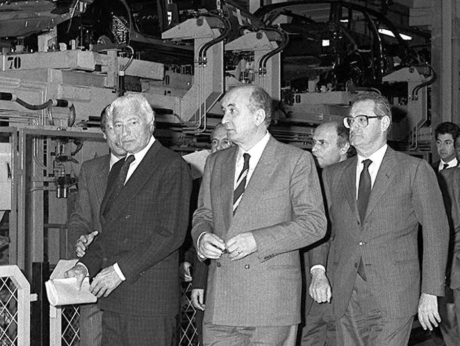 1989 - Inaugurazione dello stabilimento Fiat di Cassino. Al centro della foto da sinistra, Gianni Agnelli, Ciriaco De Mita e Cesare Romiti. John Elkann e il nuovo presidente della Fiat. (ANSA/ ARCHIVIO)