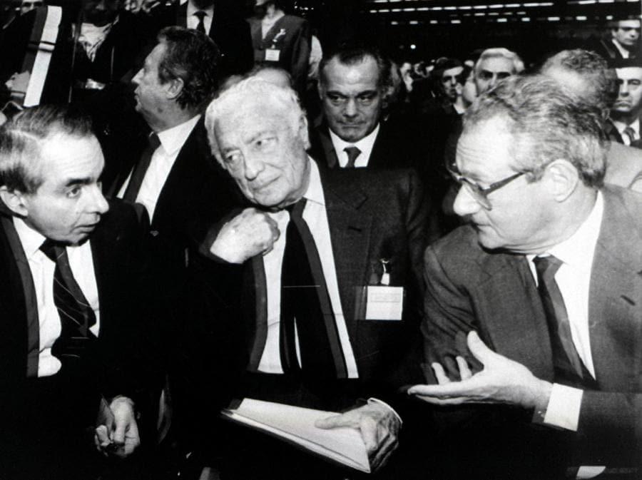 1992 - Il presidente del Consiglio Giuliano Amato, con il presidente della Fiat Gianni Agnelli e l'amministratore delegato Cesare Romiti all'Assise della Confindustria a Parma. (ANSA ARCHIVIO)