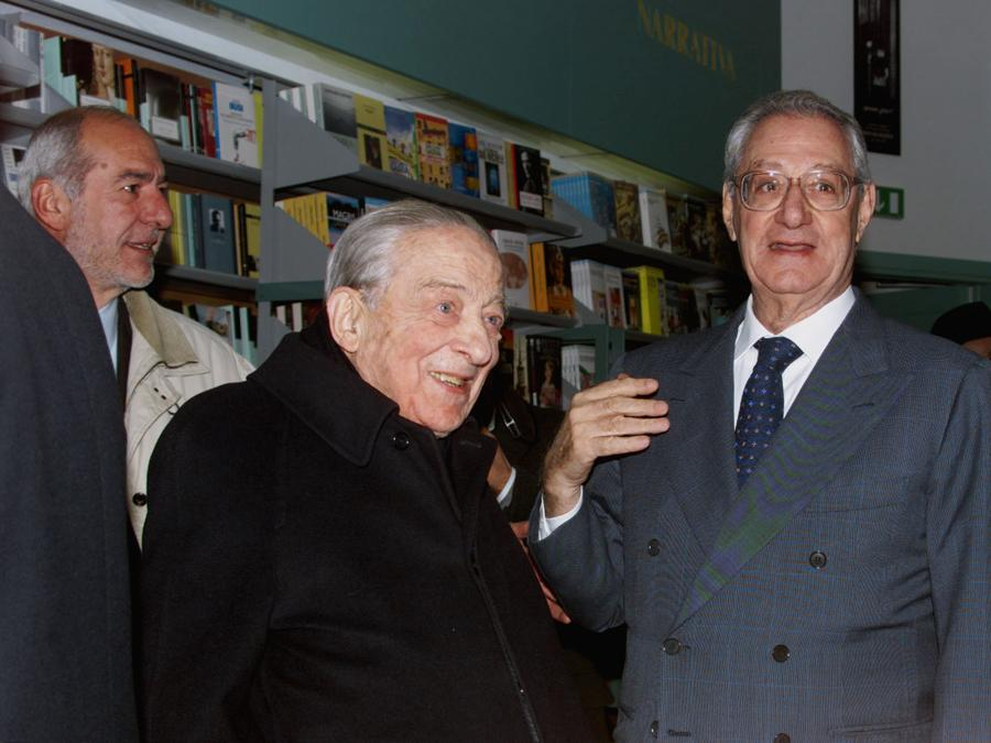 1999 -  Il presidente della Rcs, Cesare Romiti (D), e il presidente onorario di Mediobanca, Enrico Cuccia, all'inaugurazione della nuova libreria Rizzoli a Milano. (PINO FARINACCI / ANSA / PAL)