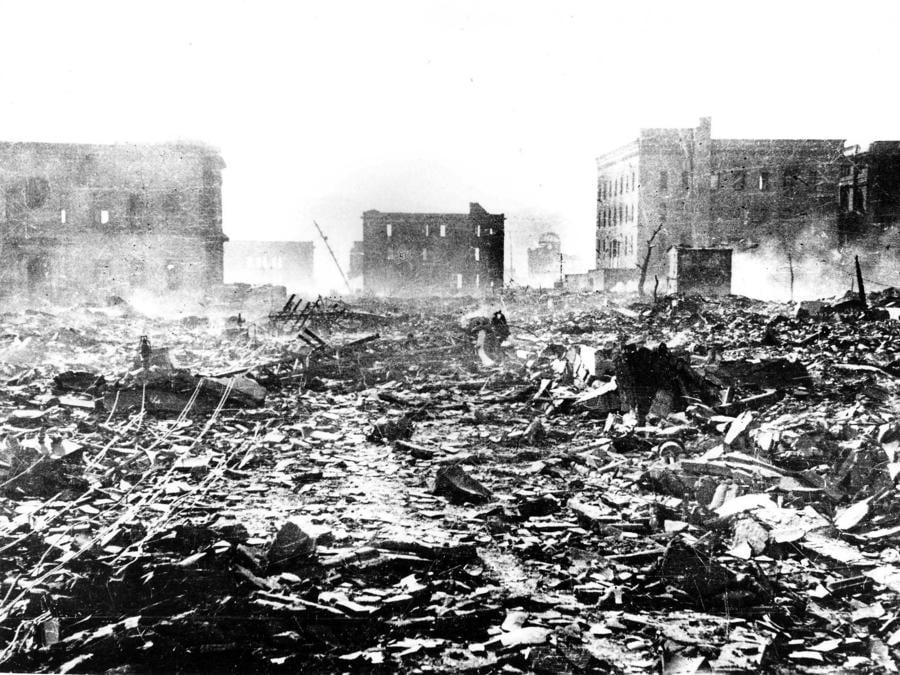 Hiroshima, la devastazione dopo il lancio della bomba atomica (Mitsugi Kishida/Teppei Kishida/Hiroshima Peace Memorial Museum/Handout via Reuters)