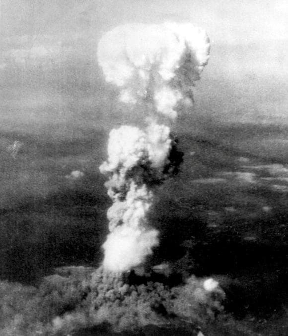 Hiroshima, il fungo atomico scatenato dall'esplosione della bomba (U.S. Army Air Forces/Library of Congress/Handout via REUTERS)