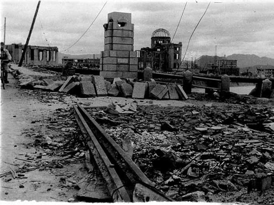 L'Hiroshima Prefectural Industrial Promotion Hall completamente devastato dalla potenza della bomba (Hiroshima Peace Memorial Museum/Handout via REUTERS)
