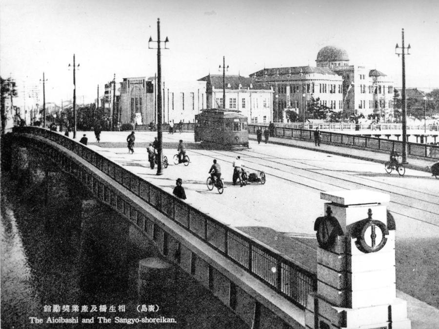 L'Hiroshima Prefectural Industrial Promotion Hall, attualmente chiamato Atomic Bomb Dome o A-Bomb Dome, è visto dal ponte Aioi  prima del lancio della bomba atomica del 6 agosto 1945 (Hiroshima Peace Memorial Museum/Handout via REUTERS)