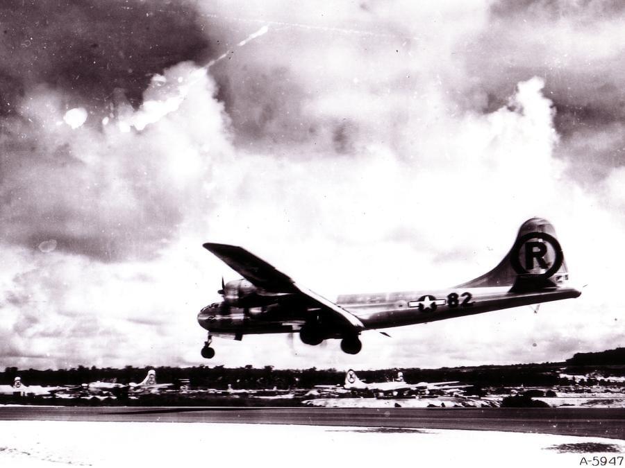 Il Boeing B-29 Superfortress Enola Gay atterra alla base Tinian nelle Isole Marianne dopo il bombardamento di Hiroshima