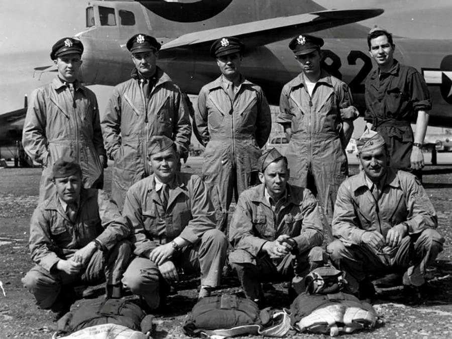 L'intero equipaggio dell'Enola Gay (U.S. Army Air Forces/Handout via REUTERS)