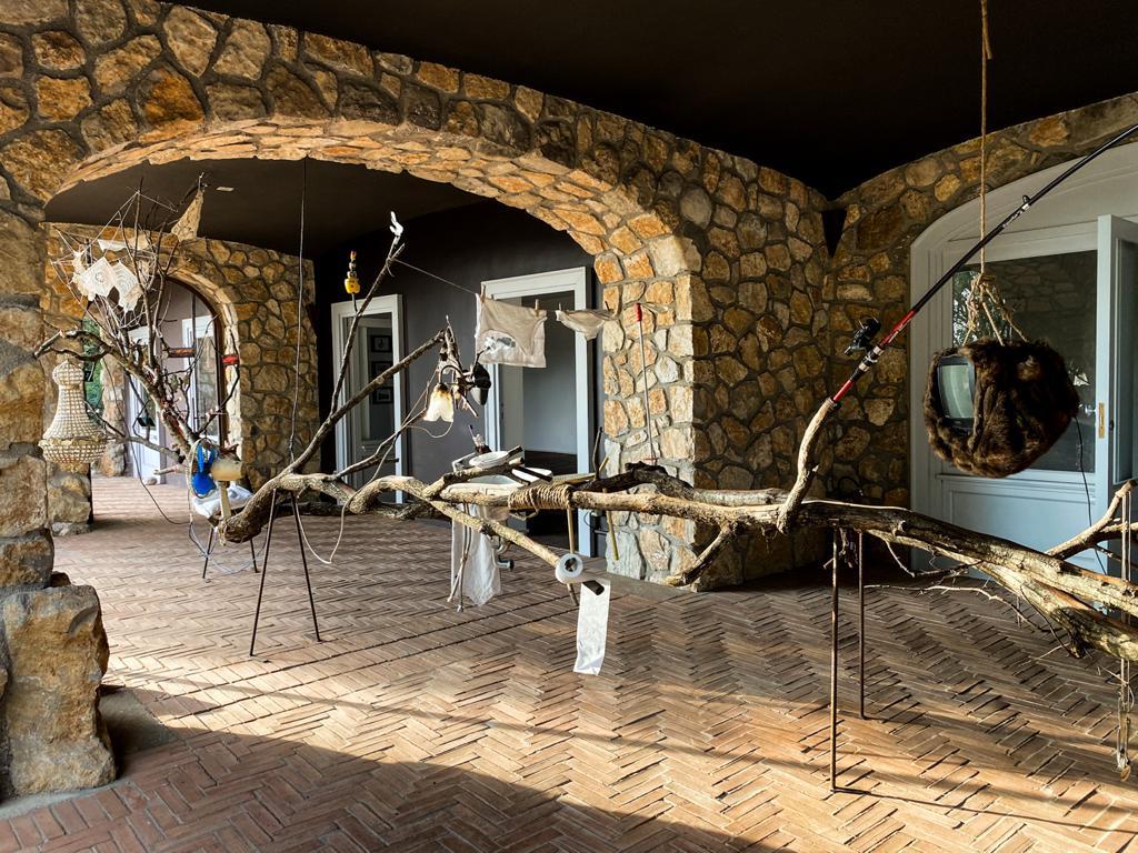 L'opera di Eugenio Tibaldi all'interno dello spazio espositivo di Aquapetra Resort & Spa, un progetto in collaborazione con Galleria Umberto di Marino e Collezione Agovino, inaugurato il 30 settembre