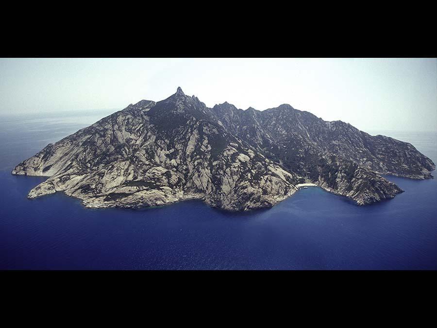 Una vista aerea dell'isola di Montecristo, oggi visitabile da un limitato numero di persone all'anno e seguendo le regole stringenti del Parco nazionale dell'arcipelago toscano, www.islepark.it (Credit RobertoRidi/VisitElba.info)