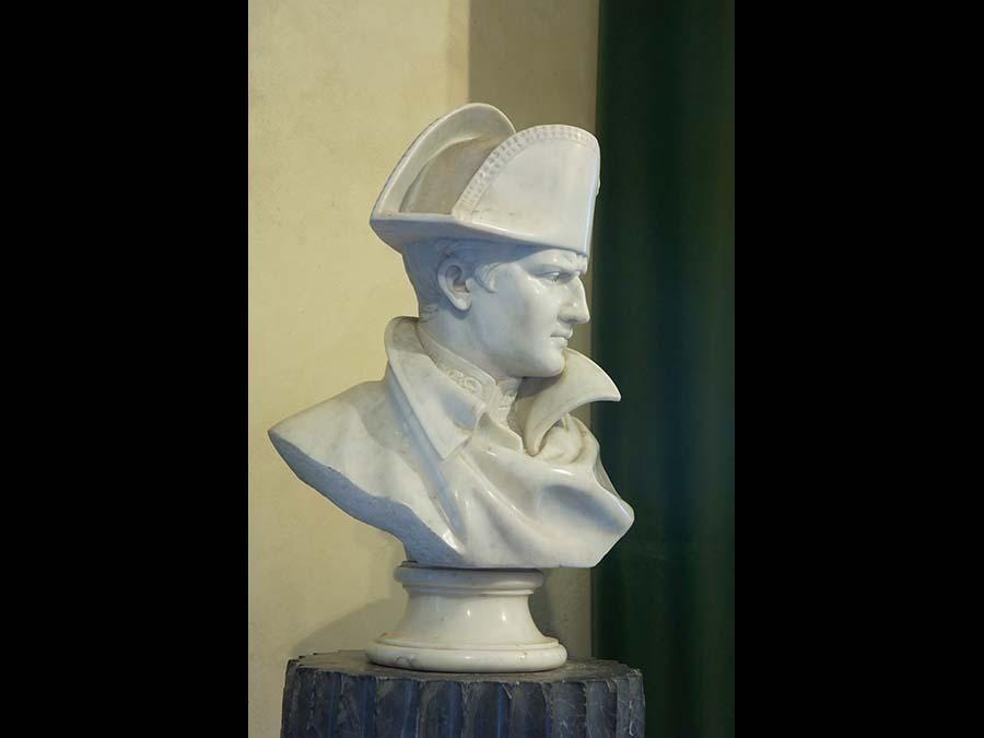 Isola d'Elba: Il busto napoleonico presso la villa dei Mulini, residenza dell'imperatore a Portoferraio (Credit RobertoRidi/VisitElba.info)