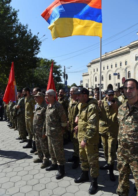 Persone partecipano a una riunione per reclutare volontari militari dopo che le autorità armene hanno dichiarato la legge marziale e mobilitato la sua popolazione maschile in seguito agli scontri con l'Azerbaigian nella regione separatista del Nagorno-Karabakh a Yerevan (Melik Baghdasaryan/Photolure via REUTERS)