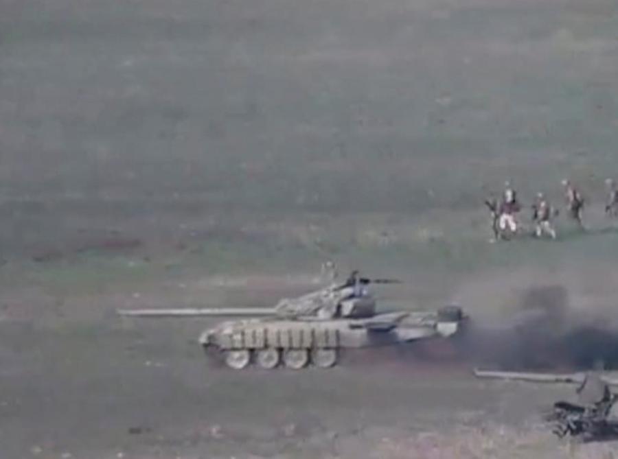 Un fermo immagine di un video diffuso dal ministero della Difesa armeno mostra quelli che si dice siano carri armati e membri del servizio dell'Azerbaigian durante un attacco nella regione separatista del Nagorno-Karabakh. (Defence Ministry of Armenia/Handout via REUTERS)