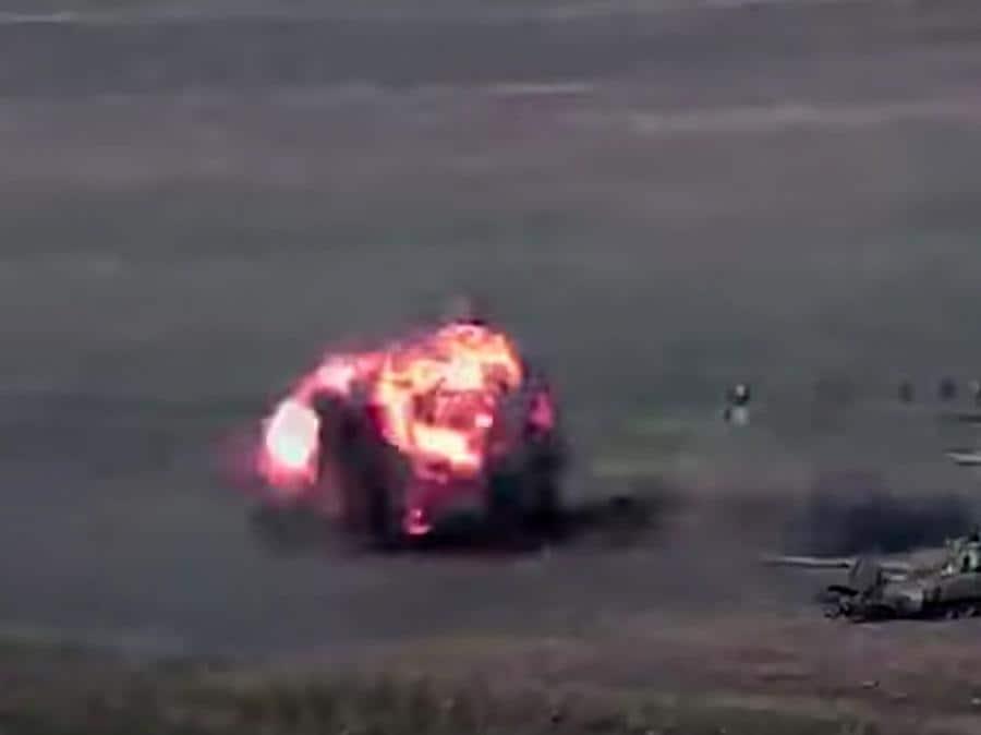 Un'immagine ripresa da un video reso disponibile sul sito web ufficiale del Ministero della Difesa armeno, mostra presumibilmente la distruzione di carri armati e militari azeri durante gli scontri tra separatisti armeni e Azerbaigian. (Photo by Handout / Armenian Defence Ministry / AFP)
