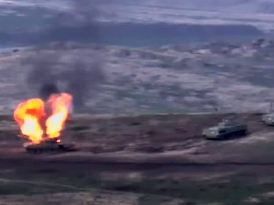 Un'immagine ripresa da un video reso disponibile sul sito web ufficiale del Ministero della Difesa armeno, mostra presumibilmente la distruzione di carri armati e militari azeri durante gli scontri tra separatisti armeni e Azerbaigian. (Photo by Handout / various sources / AFP)
