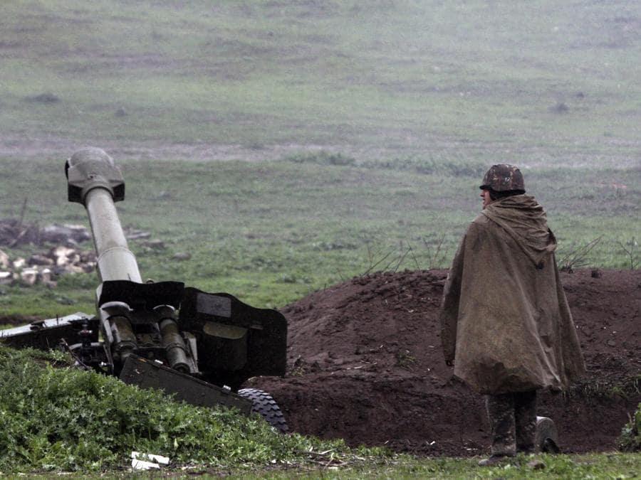 Posizione dell'artiglieria armena dell'esercito di autodifesa del Nagorno-Karabakh a Martakert, Repubblica del Nagorno-Karabakh. Secondo i resoconti dei media, sono scoppiati scontri nel conflitto territoriale tra Armenia e Azerbaigian nella Repubblica del Nagorno-Karabakh, con entrambe le parti che hanno riferito di morti civili dopo bombardamenti, artiglieria e attacchi aerei lungo il fronte.. (EPA/VAHRAM BAGHDASARYAN / PHOTOLURE)