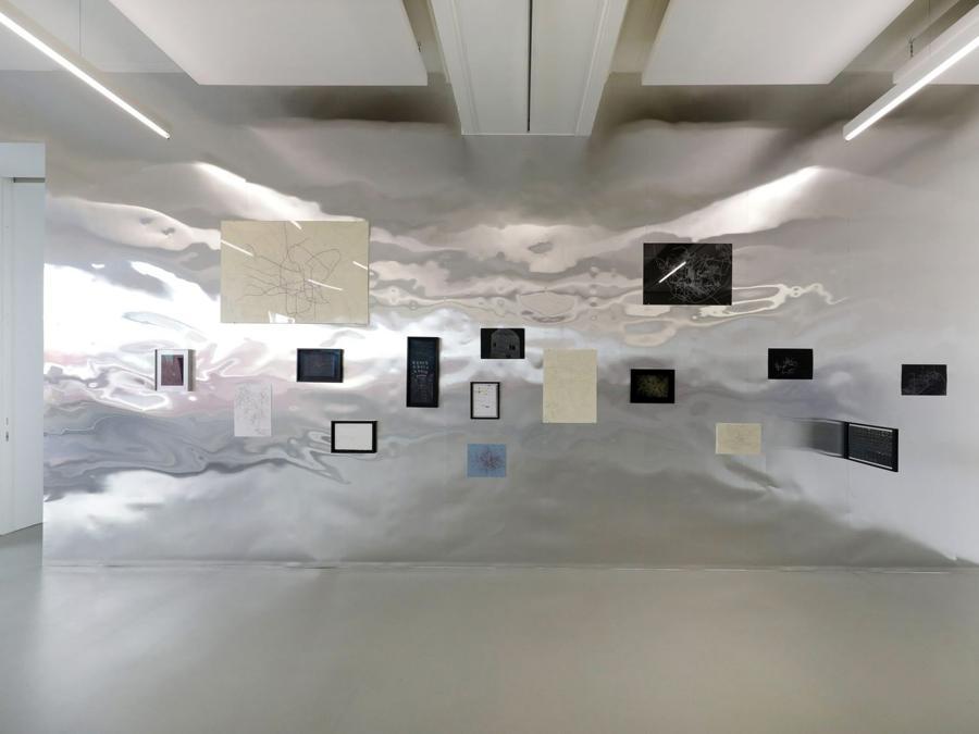 Andrés Fernández, Identificación de personas perdidas, 2012 Penna e matita su carta, installazione alla daadgalerie, 11a Berlin Biennale, 5.9.–1.11.2020, Foto: Silke Briel, Courtesy Berlin Biennale